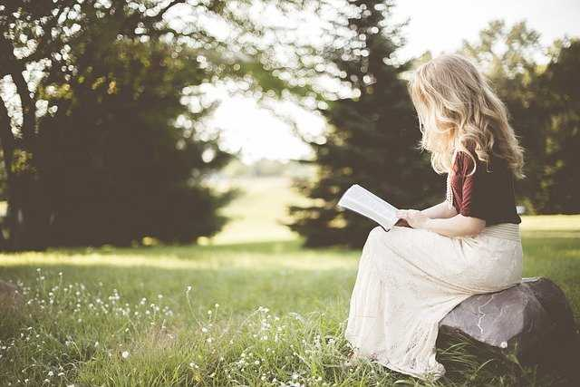girl reading bookss